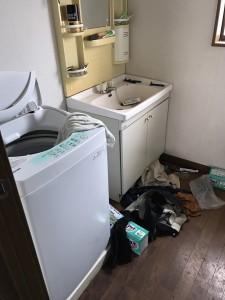 残置物の置かれた洗面所